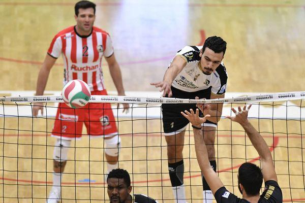 Zouheir El Graoui au smash contre Rennes.
