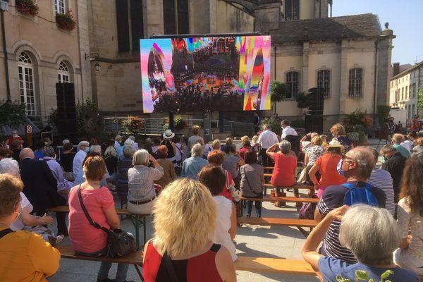 Deux écrans géants ont retransmis la messe en mémoire de Christian Poncelet à Remiremont