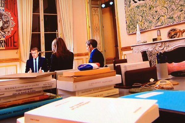 """Le galet de """"Promenade des Anges"""" sur le bureau du président de la République"""