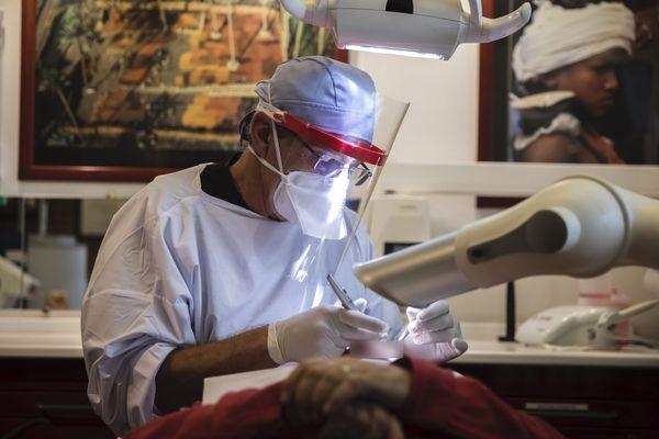 Un dentiste français, de retour au travail, en mai 2020, après le premier confinement lié à la crise sanitaire du Covid.