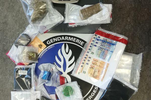 Des stupéfiants trouvés par les gendarmes au domicile des suspects.