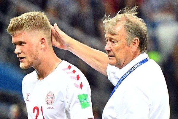 L'attaquant international danois Andreas Cornelius recruté à Bordeaux en cette fin de mercato. Il est ici félicité par son coach Age Hareide après le match Danemark - Croatie lors du mondial 2018 en Russie