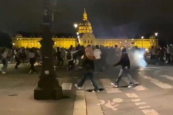Un fête improvisée dégénère aux Invalides, à Paris —
