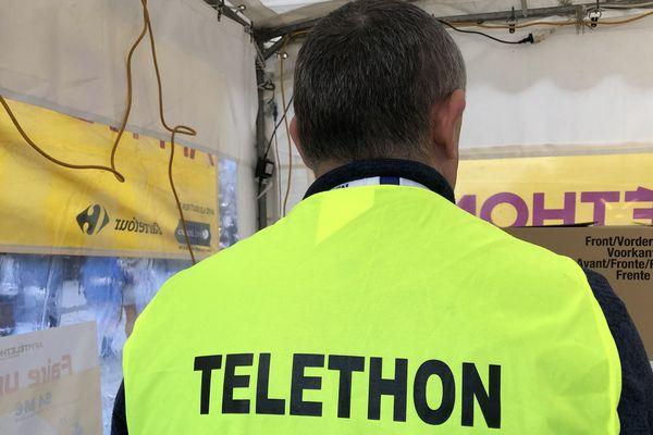 Claude Fouillet anime le village du Téléthon chaque année. Il est repérable grâce à son gilet jaune et son micro autour du cou.