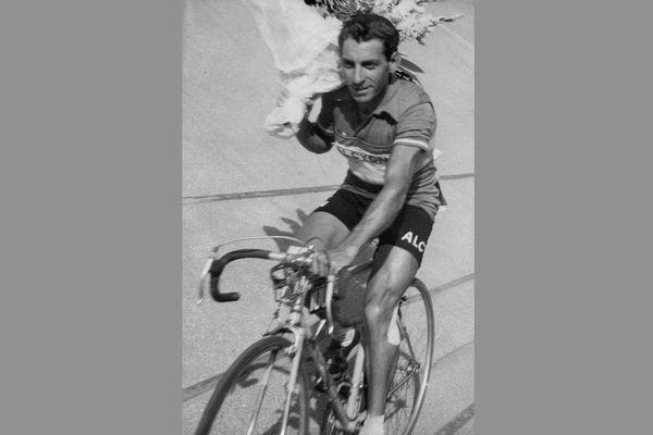 Vincent Vitetta sur son vélo dans les années 1950.