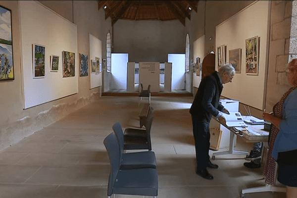 À la chapelle Saint-Jacques de Clohars-Carnoët, Claude Huart expose ses toiles tout l'été.