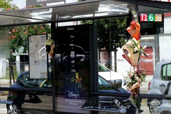 Des fleurs accrochées à l'arrêt du trambus où Philippe Monguillot a été agressé dimanche 5 juillet.