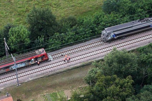 Les lieux de l'accident au lendemain de la collision entre un TER et un TGV, le 18 juillet 2014, à Denguin (Pyrénées-Atlantiques).