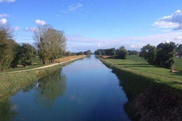 Le canal de Bourgogne entre Bretenières et Dijon