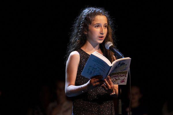 Dehlia, 10 ans, sur la scène de la Comédie-Française le mercredi 26 juin lors de la finale des Petits champions de la lecture