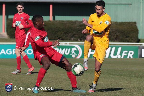 Marwane Asad (à droite) face à l'IUF mâconnais en 32es de finale de la Coupe de France de football.