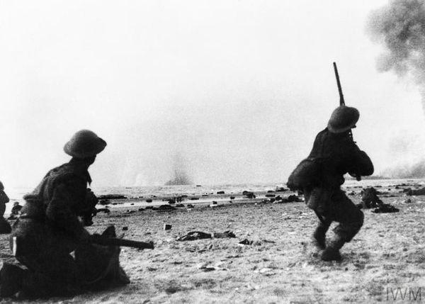 Des soldats britanniques pris pour cible par l'aviation allemande sur une plage dunkerquoise en mai 1940.