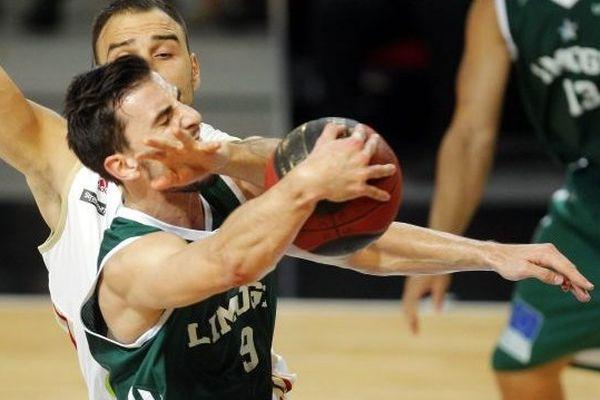 STRASBOURG / LE 03/11/14 Le limougeaud Léo Westermann stoppé par le strasbourgeoisTadija Dragicevic lors du match de basket de Pro A opposant la Sig Strasbourg au CSP Limoges, à Strasbourg le 3 novembre 2014.