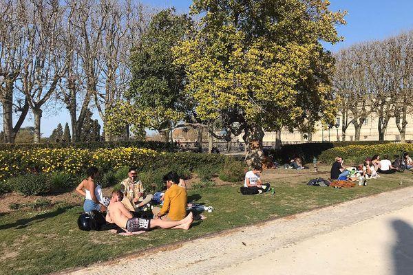 Les jardins du Peyrou à Montpellier, le 25 mars 2021 : par une belle journée ensoleillée, nombre de jeunes gens s'étaient retrouvés pour pique-niquer ou siester dans les pelouses de ce parc urbain.