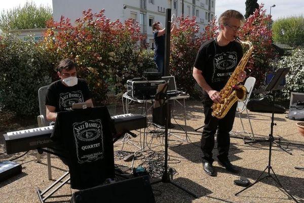 Coronavirus, quand le jazz est là… dans un Ehpad des Bouches-du-Rhône, quelques notes pour adoucir le temps.
