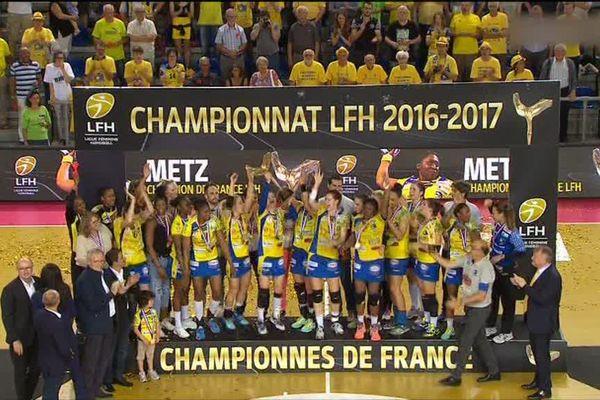 Ambiance de feu aux Arènes de Metz après l'ultime victoire du Metz Handball contre le Brest Bretagne Handball ce samedi soir 3 juin 2017.