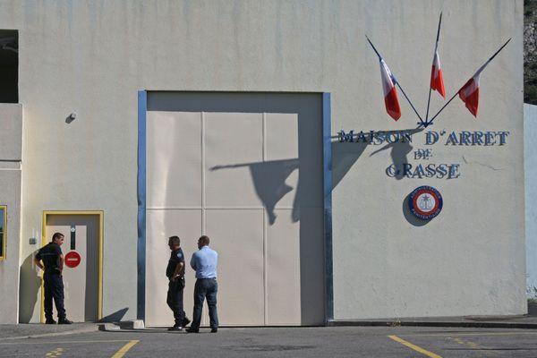 Après cette violente agression, la prise de service a été retardée à la maison d'arrêt de Grasse (Alpes-Maritimes) ce lundi 14 décembre.
