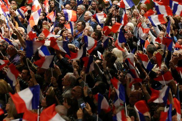 Militants pendant le meeting politique de Marine Le Pen à Saint-Raphaël