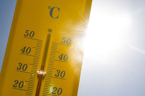 Un thermomètre dépasse les 30 degrés, sous le soleil - Photo d'illustration