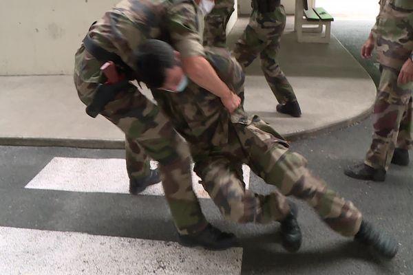 Les stagiaires apprennent à relever des individus récalcitrants par la ceinture