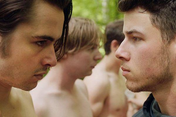 """Ben Schnetzer et Nick Jonas incarnent deux frères dans """"Goat"""" de Andrew Neel"""