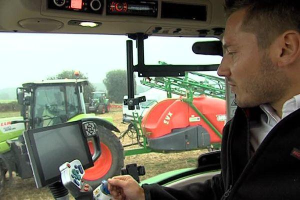 """Pilotage au joystick et GPS pour ce modèle de tracteur présenté au """"salon aux champs"""", le salon national des CUMA"""