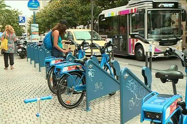 Une quinzaine de vélos électriques bleus sont répartis sur deux stations à Biarritz.