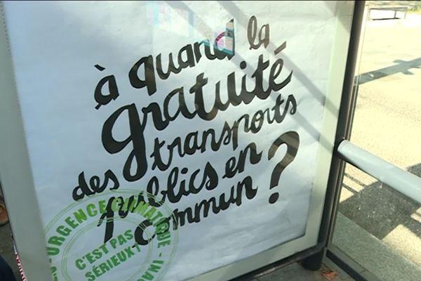 Des slogans peints à la main dans un style actuel pour se fondre dans le mobilier urbain.