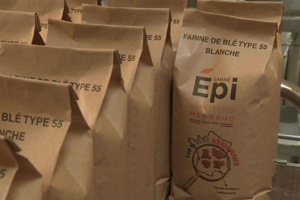 La minoterie Megnaud en Saône-et-Loire s'est lancée dans le conditionnement de sacs d'un kilo de farine.