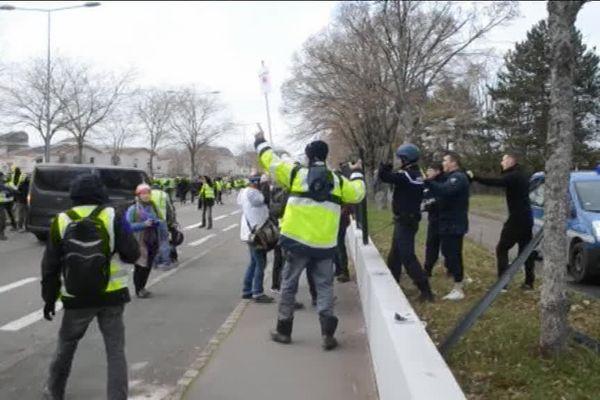 Les affrontements entre gilets jaunes et gendarmes, sur le boulevard Maréchal Joffre