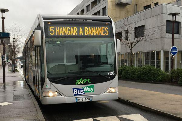 À Nantes, le Busway remplace la ligne Chronobus C5 depuis le 27 février 2020 pour répondre à l'accroissement du nombre des voyageurs sur la ligne, 20 000 par jour.