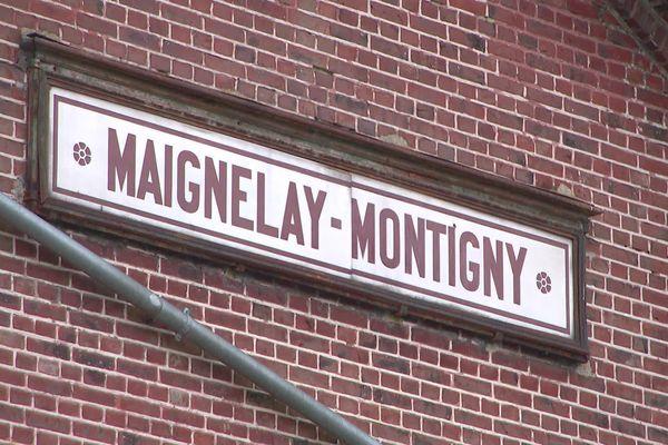 Façade d'un bâtiment rue de la Gare à Maignelay-Montigny dans l'Oise, mars 2021