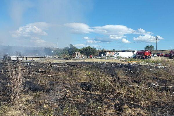 Un ancien camp de Roms en partie détruit par un incendie à Vendres, dans l'Hérault - 24 juillet 2017
