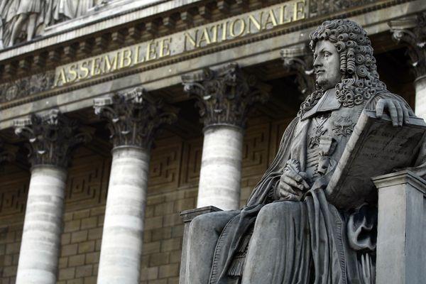 Statue de Henri François d'Aguesseau (1668-1751) devant le Palais Bourbon à Paris.