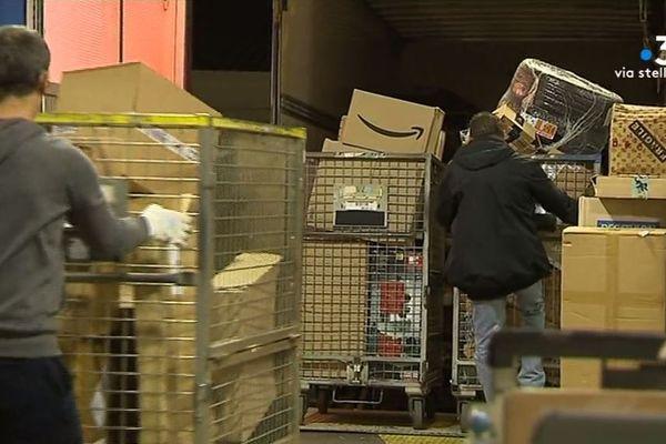 Les commandes au père Noël affluent au centre de tri de La Poste à Furiani. Actuellement, 11.000 colis y arrivent chaque jour.