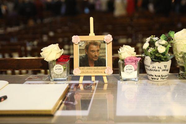 Des centaines de personnes se recueillent chaque 9 du mois pour une messe en hommage à Johnny Hallyday.
