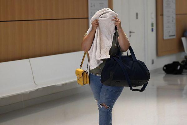 Sana C., la femme du terroriste présumé Samy Rettoun, à son arrivée au tribunal correctionnel de Paris ce lundi 25 juin 2018. Elle a rejoint son mari en Syrie. Elle est jugé pour association de malfaiteurs à visée terroriste.