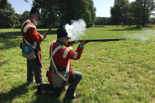 Exercice de tir à la poudre noire pour deux soldats anglais lors des journées Napoléon au château du Plessis-Bourré (17/18 juillet 2021)