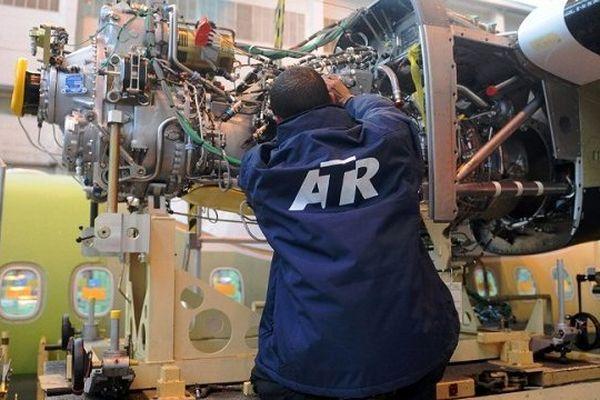 Un employé sur la chaîne d'assemblage de l'usine ATR de Toulouse.