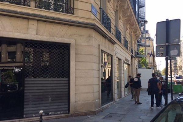 Des policiers devant la boutique de luxe Audemars-Piguet, à Paris, après un braquage, le 18 août 2018.