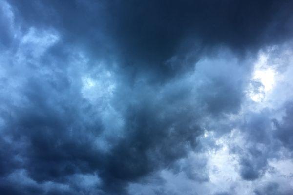 Le ciel a été menaçant au dessus du Rhône, de la Loire et de l'Ain jeudi 12 août 2021.
