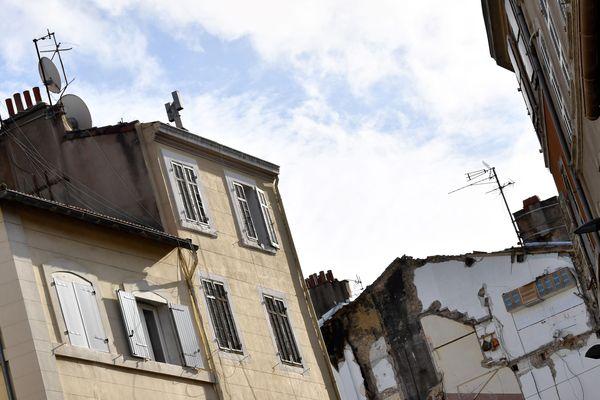 La photo a été prise à Marseille, après l'effondrement de deux immeubles vétustes le 5 novembre 2018. La question de l'habitat indigne reste sensible.