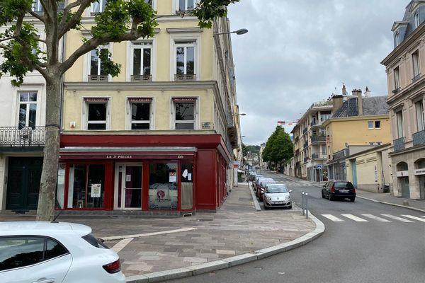 A Rouen, le bar Le Trois Pièces est situé entre la place de l'hôtel de ville et la chapelle du lycée Corneille (un peu plus haut à droite)