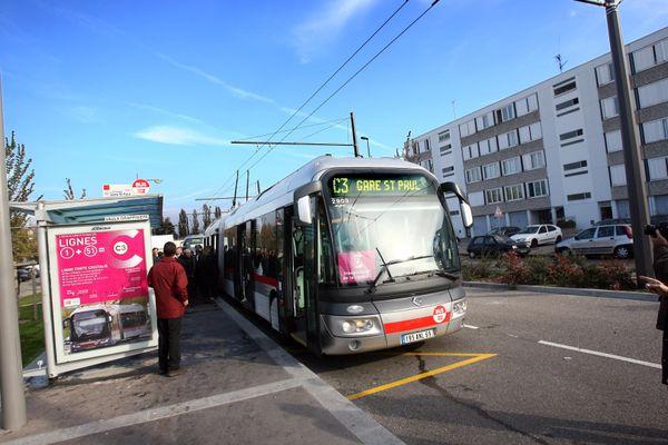 """Bruno était chauffeur de bus, la nuit, sur la ligne C3 entre Lyon gare Saint-Paul et Vaulx-en-Velin. """"Il n'y a pas un soir où il n'y a pas un problème"""" témoigne-t-il. Bruno a été licencié à la suite d'une agression dont il a depuis été reconnu victime."""
