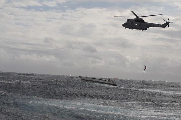 L'hélitreuillage du voilier PATITIFA en course des 900 nautiques.