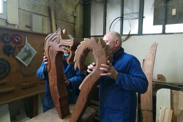 Ces deux sculptures réalisées par les bénévoles seront installées à la proue et la poupe du drakkar