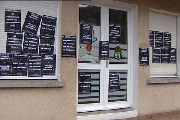 """Déçus par les propos de François Hollande sur """"la liberté de conscience"""", des partisans du mariage gay ont recouvert la permanence du parti socialiste d'une soixantaine d'affiches. La police a procédé à sept interpellations."""