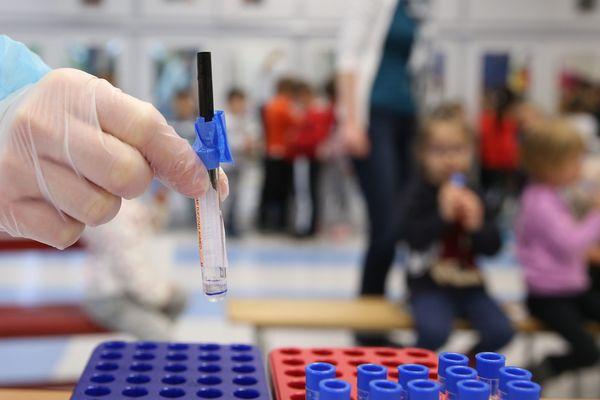Tests salivaires réalisés dans une école - illustration -