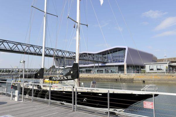 Du 7 au 11 octobre, la 5e édition du Festival Les Aventuriers de la mer propose de nombreux rendez-vous, des rencontres-débats, et la visite de bateaux. Ici Le Pen Duick III devant la Cité de la Voile