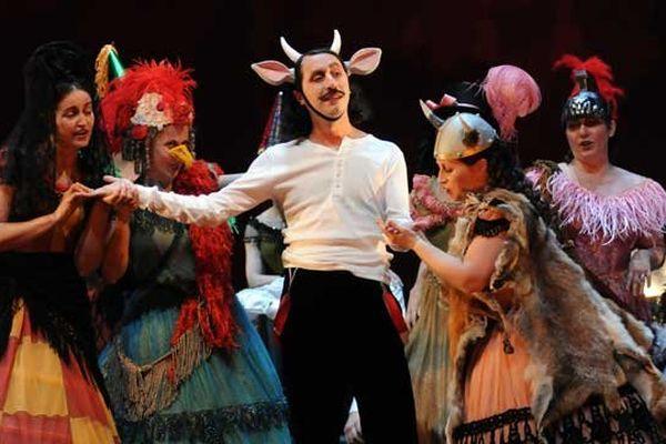La Traviata - Direction musicale Sébastien Rouland - Mise en scène et costumes Laurent Pelly - Adaptation des dialogues et dramaturgie Agathe Mélinand